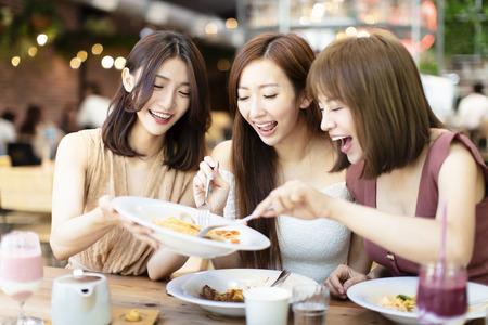 Gruppe glücklicher Freunde beim Abendessen im Restaurant dinner