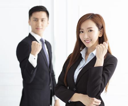 Jonge lachende zakenvrouw en zakenman