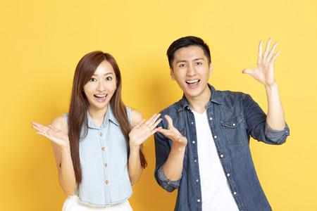 Sorprendido pareja joven asiática en ropa casual de verano