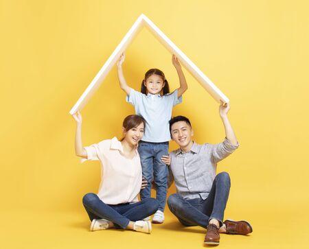 gelukkige Aziatische familie in nieuw huis met dakconcept Stockfoto