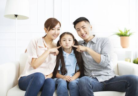 Gelukkige ouders en kind die samen plezier hebben
