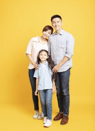 Porträt einer glücklichen Familie, die isoliert zusammensteht