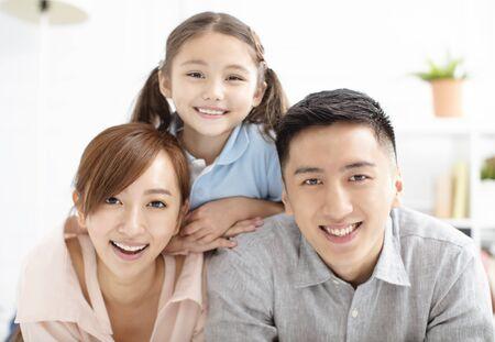 Glückliche Familie und Kind, die zusammen Spaß haben