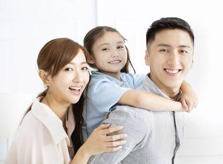 Glückliche Familie und Kind, die zusammen Spaß haben Standard-Bild