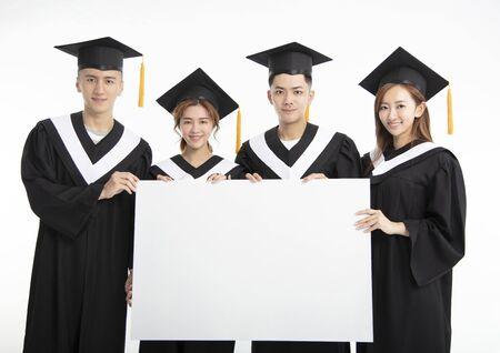 junge Gruppe von Doktoranden, die leeres Banner präsentieren