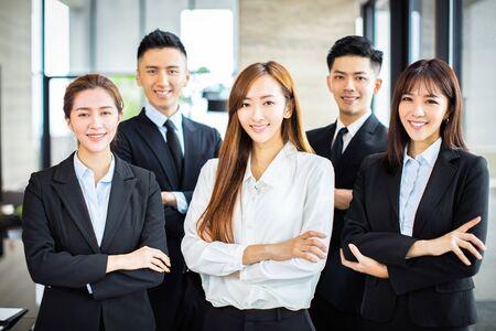 zelfverzekerde Aziatische business team staat op kantoor Stockfoto