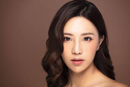 Piękna młoda kobieta z naturalnym makijażem i czystą skórą