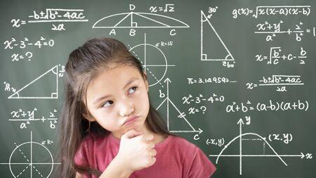 klein meisje denken over wiskunde probleem Stockfoto