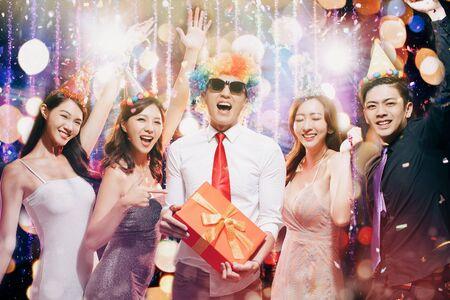 il giovane gruppo felice gode della festa di compleanno nel night club