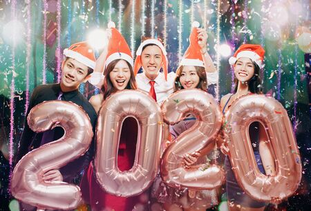 young group celebrating new yew 2020 in christmas party 版權商用圖片 - 130783662