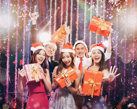 Feliz grupo de jóvenes divirtiéndose en la fiesta de Navidad