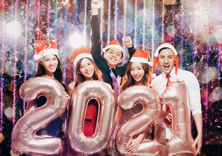 young group celebrating new yew 2021 in christmas party 版權商用圖片 - 130789957