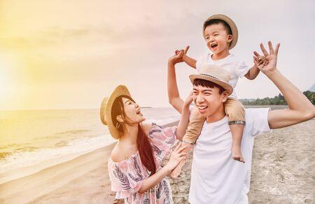 feliz, familia asiática, juego, en la playa, en, ocaso