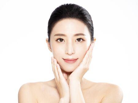 깨끗하고 신선한 피부를 가진 젊은 여성의 아름다운 얼굴 스톡 콘텐츠