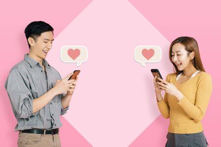 Joven pareja feliz mediante aplicación móvil para conectarse y mensajería instantánea