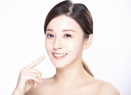 근접 촬영 젊은 아름다움 얼굴과 그녀의 이빨을 보여주는