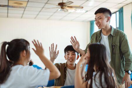 Collage Schüler diskutieren mit Klassenkameraden im Klassenzimmer