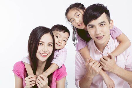 De jeunes parents s'emparent de leurs deux enfants Banque d'images