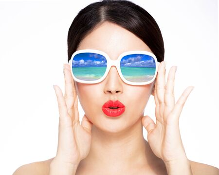 closeup young beauty in sunglasses with beach reflection Imagens