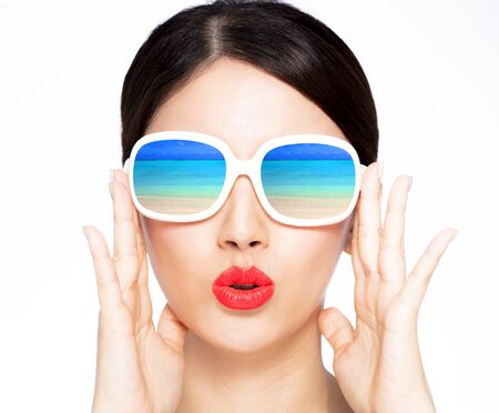 closeup young beauty in sunglasses with beach reflection Foto de archivo