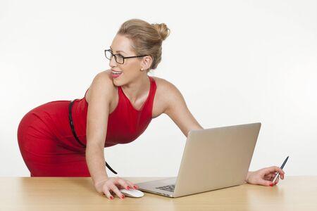 sexy secretary: Studio foto de una secretaria sexy posando mientras se trabaja.