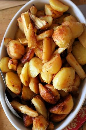 sol: Las patatas asadas y de las pastinacas Foto de archivo
