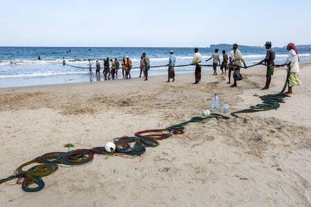 redes de pesca: Los pescadores tiran en sus redes de pesca en la playa de Upperveli en Sri Lanka.