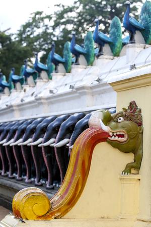 hindus: La pared de la entrada hermosa al patio principal en Kataragama en el sur de Sri Lanka. Kataragama es sagrado para los budistas, hind�es y musulmanes. Foto de archivo