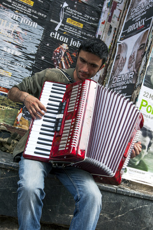 A gypsy accordian player performs in Istiklal Caddesi in the Taksim distict of Istanbul, Turkey. Redactioneel