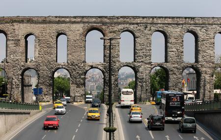 aljibe: El Acueducto de Valente que fueron muy probablemente construido por el emperador Valente en 364 - año 78 dC. Fue construido para llevar agua a la Cisterna Basílica y el Gran Palacio bizantino en Sultanahmet en Estambul, Turquía. Editorial