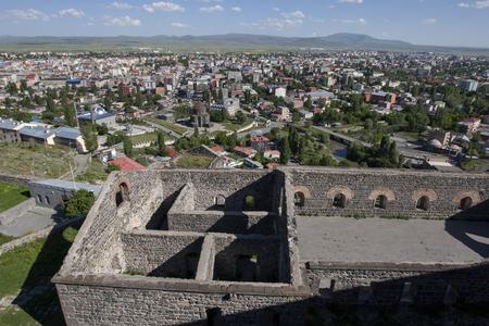 lejos: Vista desde las ruinas del Castillo de Kars con vistas a la moderna ciudad de Kars, en el extremo este de Turquía. Foto de archivo
