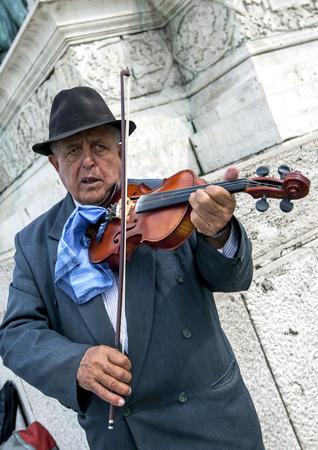 violinista: Un violinista lleva a cabo en la Plaza de héroe en Budapest en Hungría.