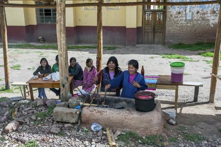cavie: Le cavie che sono cucinati dalle donne sul ciglio della strada nei pressi di Pisac nella Valle Sacra degli Inca in Perù.