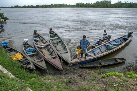 río amazonas: Un hombre y su familia a bordo de un barco en Indiana, una ciudad en el r�o Amazonas en Per�. El r�o Amazonas se elev� a niveles r�cord en 2012, inundando muchas ciudades a lo largo de sus orillas.