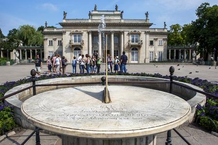 reloj de sol: Un reloj de sol en el Parque Lazienki en Varsovia, en Polonia. En el fondo se encuentra el Palacio Real.