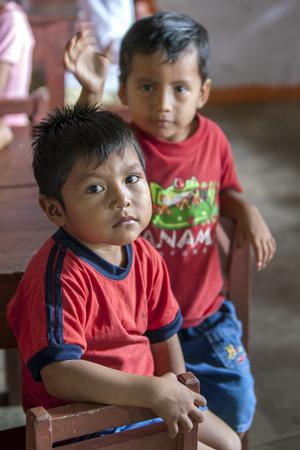rio amazonas: muchachos peruanos en la escuela en Indiana en el r�o Amazonas en Per�. Editorial