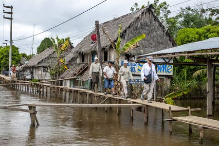 río amazonas: Los turistas recorren a lo largo de una pasarela temporal ya que en la ciudad de R�o Amazonas Indiana en Per�. Editorial