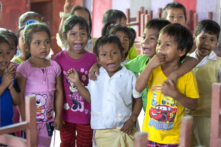 río amazonas: ni�os de la escuela de canto para los turistas en la ciudad de R�o Amazonas Indiana, Per�.