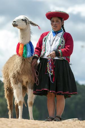 046f98505 Una Niña Peruana Posa Para Una Fotografía En El Puesto De Carretera ...