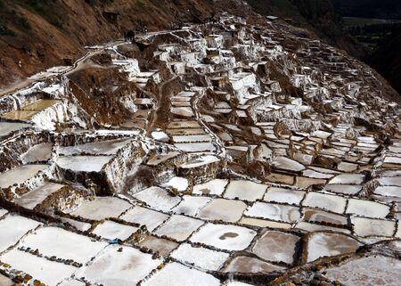 evaporacion: Una sección de los Maras espectaculares estanques de evaporación de sal. Situado en la región del Valle Sagrado de Perú, a unos 40 kilómetros al norte de Cusco, los estanques han estado en uso desde la época de los incas.