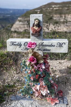 memorial cross: Un cruce de carretera marca el monumento donde otra vida fue reivindicado en las carreteras notoriamente peligrosas de los Andes de Ecuador. Foto de archivo