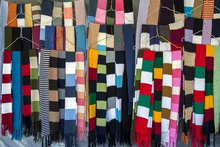 sciarpe: sciarpe colorate, per la vendita in un mercato in Peguche in Ecuador. Archivio Fotografico
