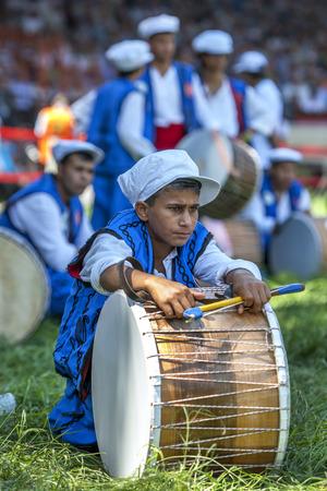 gitana: Un batería gitana se relaja entre actuaciones en el Festival de lucha en aceite de Kirkpinar turca en Edirne en Turquía.