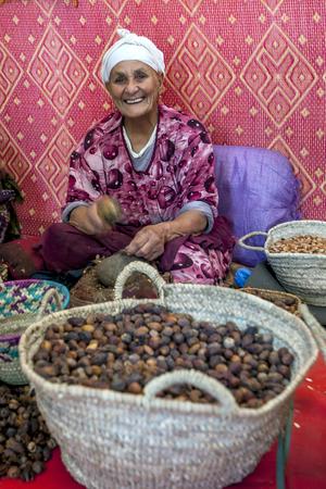 cooperativismo: A grietas se�ora casta�as en una f�brica cooperativa cerca Ilmil en Marruecos. Editorial