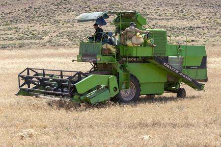 cosechadora: Una cosechadora al golear trabajo un campo de trigo en la carretera de Azrou a Timahdite. Azrou est� a una altitud de 1250 metros y est� situado en un punto estrat�gico entre el Medio Atlas y las monta�as del Alto Atlas en Marruecos entre Meknes, Fe