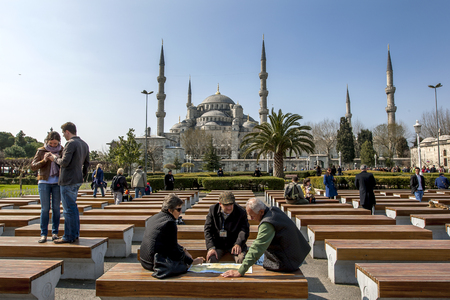 camii: Tourists inspect a map infront of the magnificent Blue Mosque (Sultan Ahmet Camii) in the Sultanahmet district of Istanbul in Turkey. Editorial