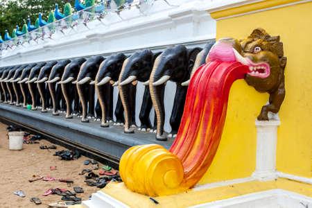 hindues: La pared de la entrada hermosa al patio principal en Kataragama en el sur de Sri Lanka. Kataragama es sagrado para los budistas, hindúes y musulmanes. Foto de archivo