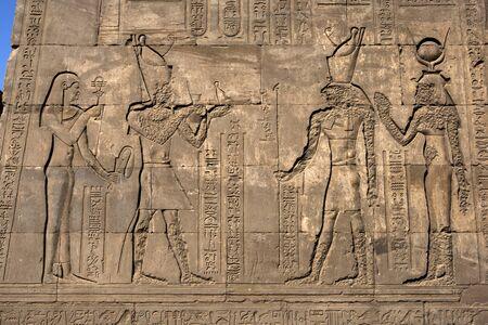 horus: Una pared en el templo de Horus en Edfu que muestra relieves y jerogl�ficos grabados. Foto de archivo