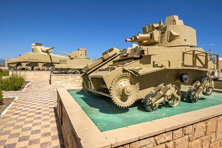tanque de guerra: Veh�culos blindados de artiller�a M13  75 tanque italiano (en primer plano) en exhibici�n en el Museo de la Guerra en El Alamein El Alamein en Egipto.
