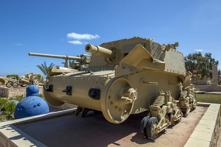 tanque de guerra: Vehículos blindados de artillería M13  75 tanque italiano en exhibición en el Museo de la Guerra en El Alamein El Alamein en Egipto.